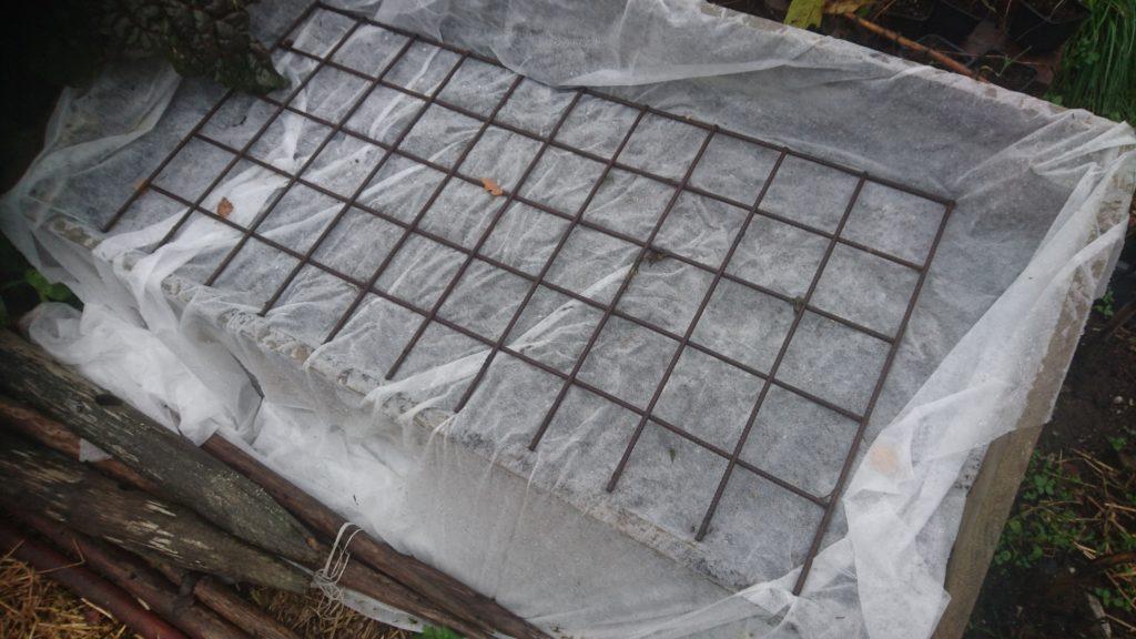 Odlingslåda täckt med fiberduk och armeringsmatta
